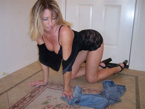 Hot Amateur Mom Poses Naked And Gets Fucked