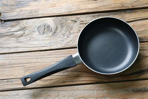 top  dangerous cookware  release toxins    toxic options    family safe