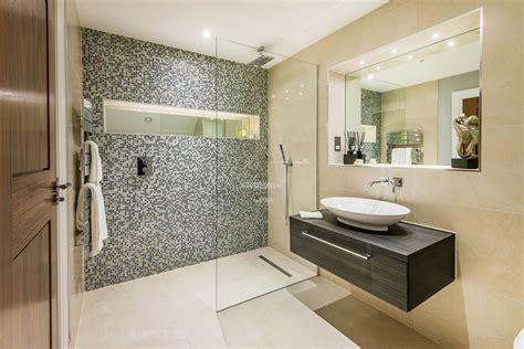 piastrelle bagni moderni bagno con pavimenti e rivestimenti in mosaico 100 idee