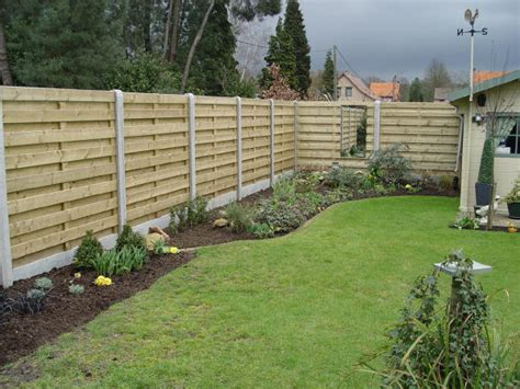 palissade de jardin en bois cloture separation jardin closdestreilles