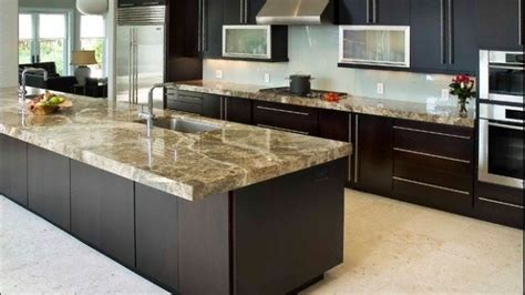 cuisine plan de travail marbre un plan de travail en marbre dans la cuisine