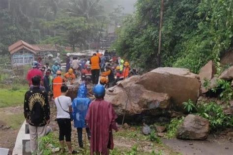 longsor  batu besar tutup akses jalan  desa rahtawu
