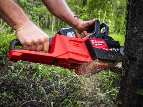 battery beats gas milwaukee cordless chainsaw video ope