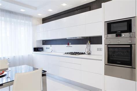 white modern kitchen cabinets фото интерьера кухни таунхуса в стиле минимализм 1440