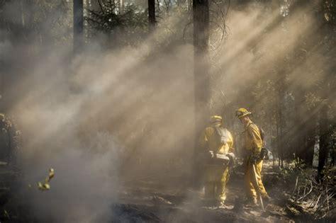 Fotogrāfs, kurš Kalifornijas ugunsgrēkā strādā kopā ar ...