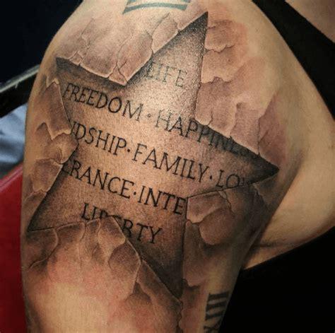 tatouage etoile homme coude