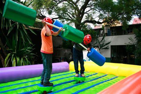 Sí, el entretenimiento es la clave fundamental de cualquier fiesta para adultos, y no basta simplemente con tener un buen discjockey que pase música para bailar: Diviértete como enano con estos juegos inflables para adultos - Máspormás