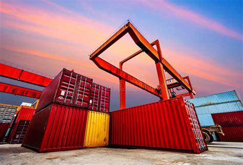 commercio porta a porta porto industriale con i contenitori nella porcellana