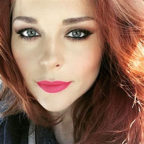erin robinsons clevver grammys makeup bold hot pink lip