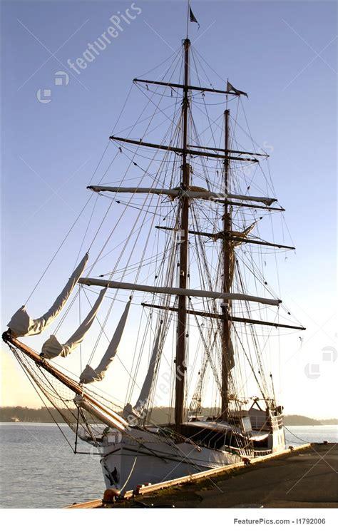 square mast ship photo