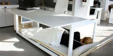 bureau de lit photos sieste au travail ce bureau lit pour être plus