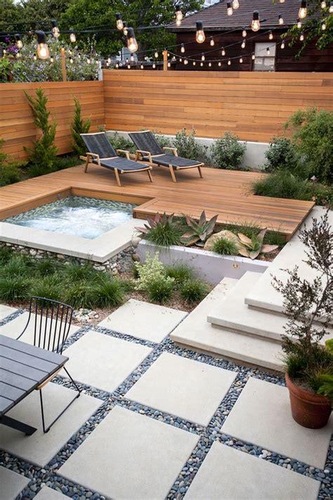 überdachte terrasse holz terrasse holz steinplatten teich pool pflanzen