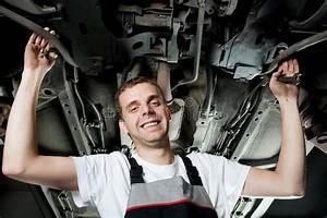 Auto In Der Garage : junger mechaniker der unter dem auto in der garage arbeitet stockbild bild von m nner ~ Whattoseeinmadrid.com Haus und Dekorationen