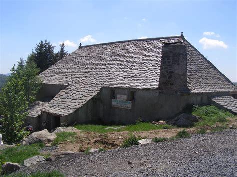 file ancienne ferme qui abrite la source de la loire mont gerbier de jonc jpg wikimedia commons
