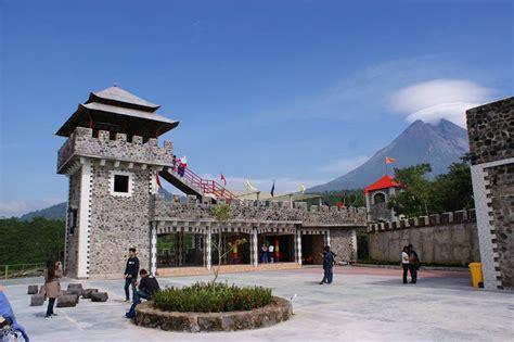 lost world castle destinasi unik  gunung merapi