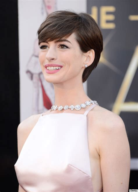 Anne Hathaway Nipples On The Oscars Red Carpet Are Super Distracting Photos Huffpost