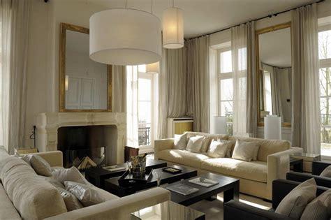 2 canapes dans un salon salon avec canapés blancs et voilages crèmes bérengère leroy