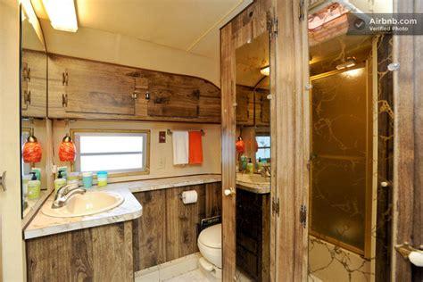 meuble tv et bureau intérieur d 39 une caravane américaine des ées 70