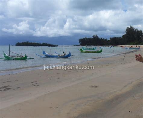 indahnya barisan perahu berwarna warni  pantai burung