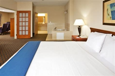 holiday inn express dallas jacuzzi suites