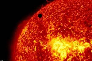Photographer captures Venus and the Hubble telescope ...