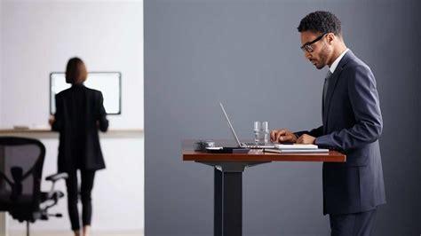 travailler debout bureau travailler debout au bureau une solution pour lutter