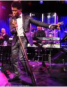 Usher reveals the afro he s grown to play Sugar Ray Leonard as he dons      Usher Afro The Voice
