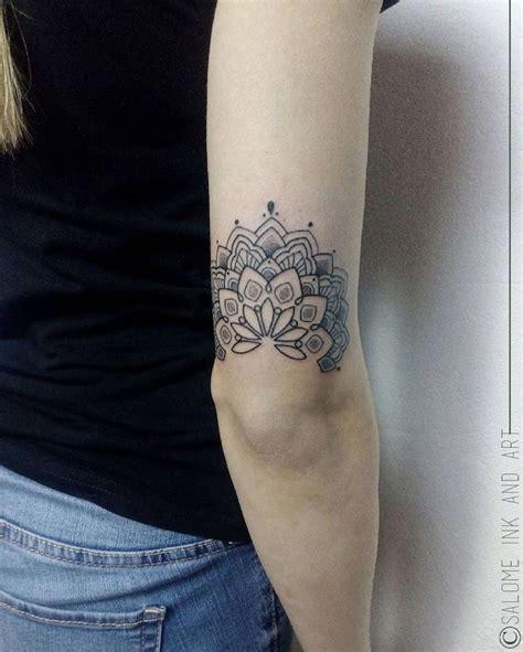 tatouage etoile coude femme