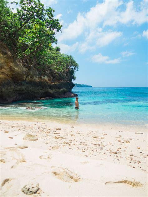 secret beach   stay  nusa ceningan travel