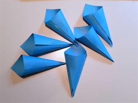 fare fiori con la carta come creare un fiore di carta fai da te per decorare la casa