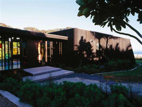 single story  wings house  dark cedar cladding  hot water beach digsdigs