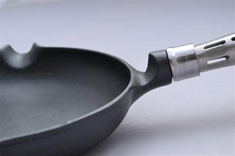 cuisiner avec une cocotte en fonte ustensiles de cuisine en fonte sans revêtement conseils