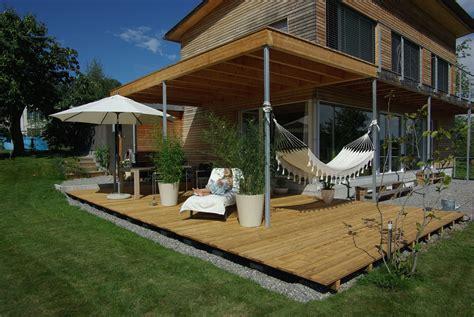 Terrassen Im Garten by Holzterrasse Im Garten Sitzplatz Eine Terrasse Aus Holz