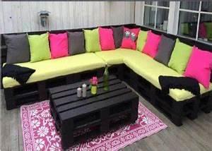 Coussin Pour Salon De Jardin En Palette : salon de jardin en palette peintes en noir et coussins ~ Dailycaller-alerts.com Idées de Décoration