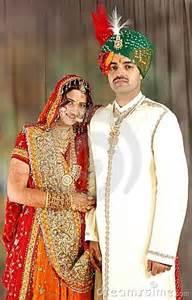 wedding cards from india indische paare in der hochzeitskleidung stockbilder bild