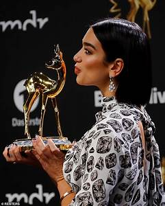 Black Friday 2018 Berlin : dua lipa accepts the coveted international music gong at bambi awards in berlin daily mail online ~ Buech-reservation.com Haus und Dekorationen
