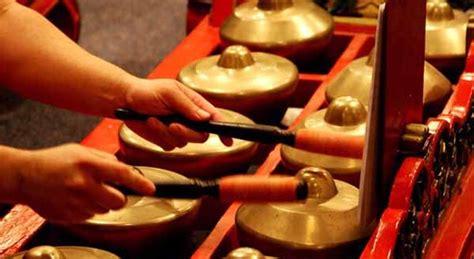 Contoh alat musik ritmis adalah drum dan kendang. √ Alat Musik Bonang: Jenis, Fungsi & Cara Memainkannya