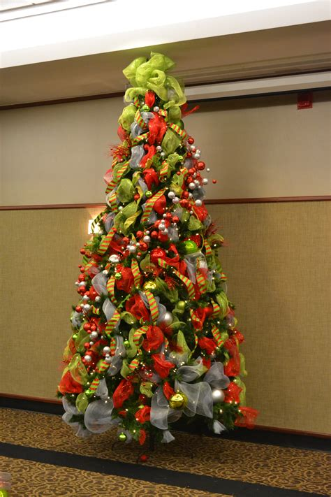 ideas for decorating a christmas tree with multi colored