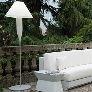 Lampadaire exterieur design 42 idees lumineuses for Jardin et piscine design 7 lampadaire exterieur design 42 idees lumineuses