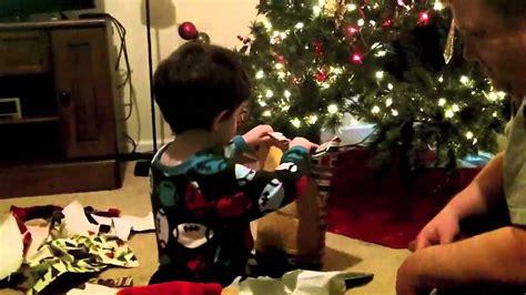 Resultado de imagen de niños abriendo regalos