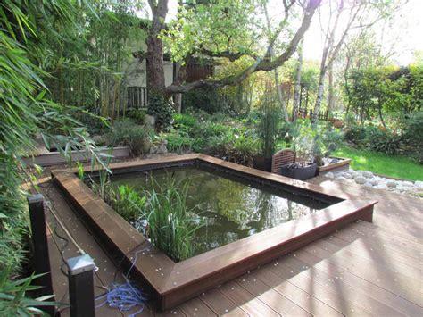 bassin aux poissons rouges au jardin de mo et marc