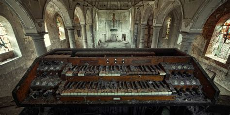 30 Incredible Pictures From Inside Beautiful Abandoned