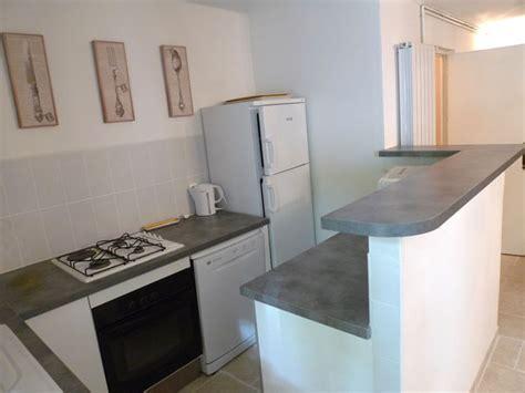 bar de cuisine but cuisine dans la maison à louer au chateau de lacoste nîmes