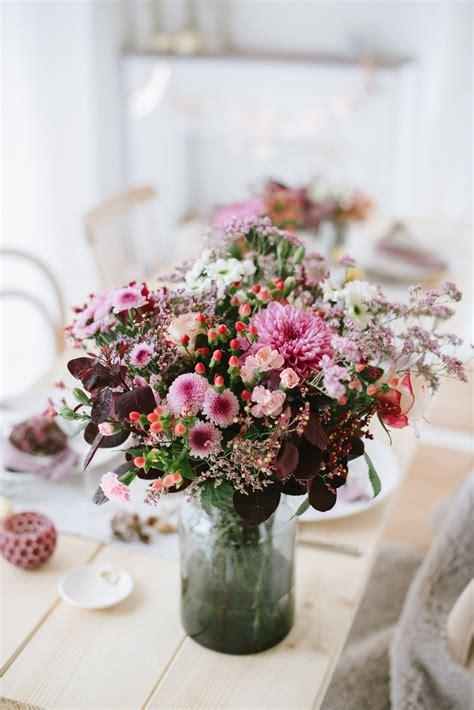 chrysanthemen beeren nuesse leinen dekoration einer