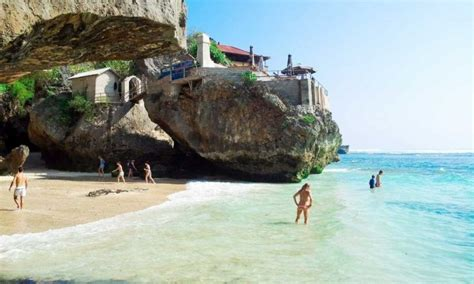 mengintip surga biru  celah gua  pantai suluban