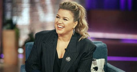 Kelly Clarkson covers 4 Non Blondes in Kellyoke segment