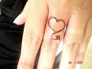 Finger Tattoo Herz : heart tail tattoo on finger ~ Frokenaadalensverden.com Haus und Dekorationen