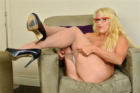 Canadian Milf Bianca Can T Resist Her Wanton Pussy Porn A0