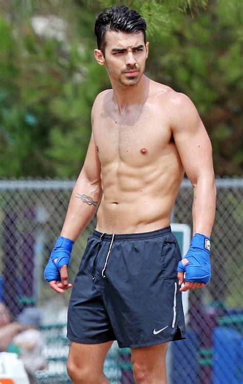 Joe Jonas exibe corpo sarado em treino de boxe - Quem ...
