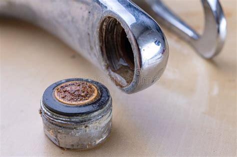 riparazione rubinetto lavandino della riparazione dell idraulico in bagno